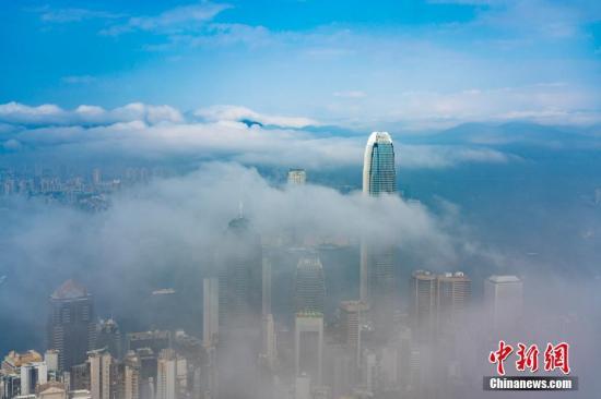 资料图:维港上空出现难得一见的平流雾,宛如人间仙境。<a target='_blank' href='http://nepile.com/'>中新社</a>记者 张炜 摄