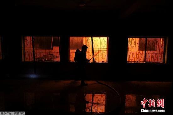 发生火灾的大楼位于达卡老城区,起火的是位于五层楼房内的一个化学仓库。