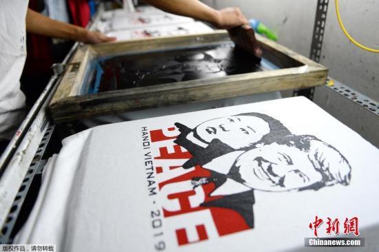 """资料图:越南""""金特会""""期间,当地推出印有二位领导人头像的纪念衫。"""