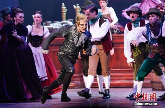 2月22日晚,法语音乐剧《摇滚莫扎特》在北京首演。《摇滚莫扎特》是一部描绘音乐家莫扎特艺术人生的音乐剧,剧中音乐结合了原创摇滚乐和莫扎特的古典音乐作品。据统计,法语音乐剧《摇滚莫扎特》中引用了莫扎特的作品数量多达20首。<a target='_blank' href='http://www.chinanews.com/'>中新社</a>记者 杜洋 摄