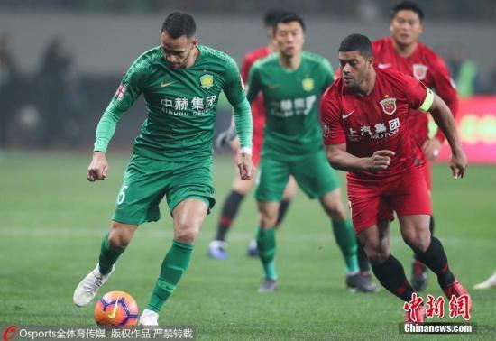 资料图:北京国安(绿)距离上海上港(红)的顶级联赛最佳开局纪录仅差一场胜利。 图片来源:Osports全体育图片社