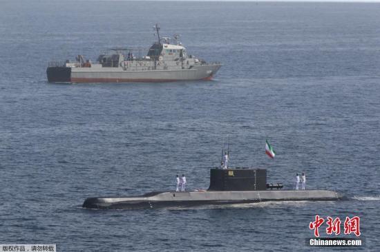 """材料图:本地工夫2月22日,伊朗水师正在霍我木兹海峡战阿曼湾等海疆起头举办为期3天的年夜范围军事练习。据伊朗媒体22日报导,此次练习代号为""""保卫-97"""",次要包罗海上阅兵、做战演训、海上战海岸反恐、导弹等兵器试射4项。"""