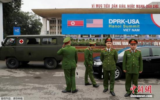 资料图:当地时间2月23日,越南河内,越南警察在?#25945;?#20013;心外站岗。