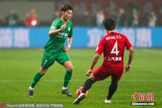"""图为中国足球""""归化球员第一人""""侯永永企图带球过人。图片来源:Osports全体育图片社"""