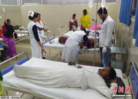 继2月初印度假酒事形成快要100人灭亡后,印度阿萨姆邦2月22日再次发作假酒事,倚徐成包罗8名妇女正在内的13人灭亡。托炜分职员果假酒收医受疗。
