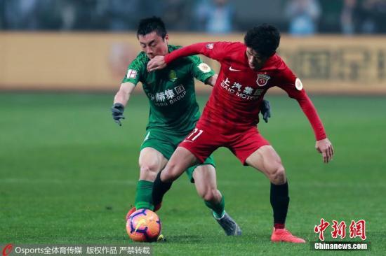 材料图:北京国安(绿)取上海上港(白)球员正在角逐中拼抢。现在,两队曾经从头找到了挑降发头羊广州恒年夜的时机。 图片滥觞:Osports部分育图片社