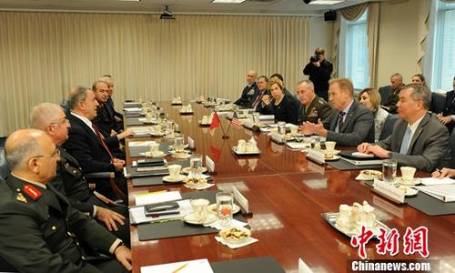 """资料图片:2019年2月22日,美国国防部代理部长沙纳汉和土耳其国防部长阿卡尔在五角大楼举行会晤,双方重申两国防务关系,并讨论了在叙利亚打击""""伊斯兰国""""(ISIS)等问题。<a target='_blank' href='http://ywyhkd.com/'>中新社</a>记者 陈孟统 摄"""