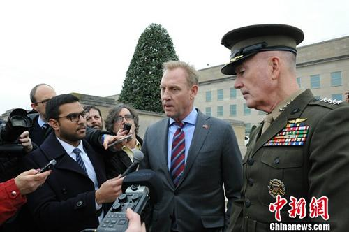 """当地时间2月22日,美国国防部代理部长沙纳汉和土耳其国防部长阿卡尔在五角大楼举行会晤,双方重申两国防务关系,并讨论了在叙利亚打击""""伊斯兰国""""(ISIS)等问题。美军参谋长联席会议主席邓福德出席了22日的会晤。图为沙纳汉(右二)与邓福德(右一)在会晤前接受媒体采访。<a target='_blank' href='http://reggaechina.com/'>中新社</a>记者 陈孟统 摄"""