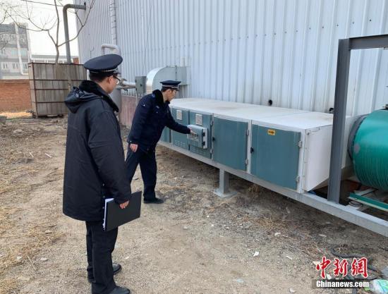 2月23日,北京房山区环保局生态环境执法支队第五大队对辖区内一饲料公司进行检查。现场该公司正在生产,配套环保设施正常运行,一台燃气锅炉停运。22日起,北京启动2019年首个雾霾橙色预警。北京环保相关部门也随之加大了环保执法检查力度,重点检查各辖区内的施工、喷漆烤漆、锅炉及大货车尾气等污染源进行排查。中新社发 刘海军 摄