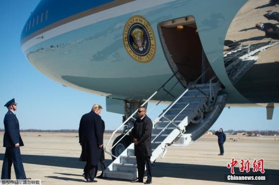 """资料图:美国总统特朗普搭乘""""空军一号""""专机。"""