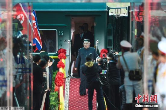 资料图:当地时间2月26日早晨,朝鲜最高领导人金正恩乘坐的列车抵达越南边境火车站。