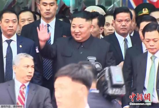 当地时间2月26日早晨,朝鲜最高领导人金正恩乘坐的列车抵达越南边境火车站。据报道,27日至28日,特朗普和金正恩将于河内举行第二次会晤。(视频截图)
