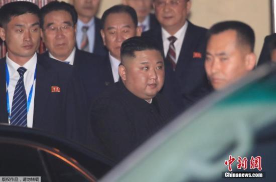 当地时间2月26日,在抵达越南河内的几小时后,朝鲜最高领导人离开他所下榻的酒店,乘专?#36947;?#21040;朝鲜驻越南大使馆。据外媒报道,金正恩于26日下午5时过后乘专?#36947;?#24320;酒店,前往距离酒店不远的朝鲜驻越南大使馆。据悉,陪同金正恩到朝鲜大使馆的人员包括金正恩的妹妹、朝鲜劳动党中央第一副部长金与正。
