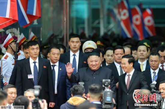 当地时间2月26日早晨,朝鲜最高领导人金正恩乘坐的列车抵达越南边境火车站,向迎接民众挥手致意。据报道,27日至28日,特朗普和金正恩将于河内举行第二次会晤。