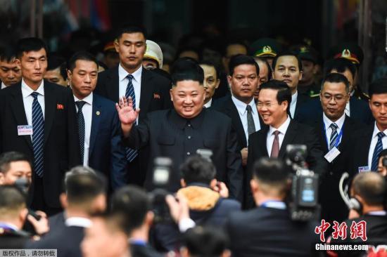 资料图:当地时间2月26日早晨,朝鲜最高领导人金正恩乘坐的列车抵达越南边境火车站,向迎接民众挥手致意。