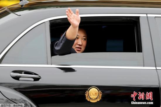 当地时间2月26日早晨,朝鲜最高领导人金正恩乘坐的列车抵达越南边境火车站。在到达同登(Dong Dang)车站后,金正恩将转乘轿车前往河内,路程长达170公里,可能需要数小时。