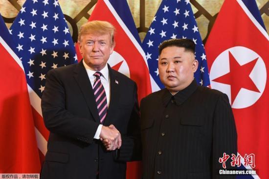资料图:当地时间2月27日,第二次朝美首脑会晤在越南河内索菲特传奇大都会酒店举行。图为朝鲜最高领导人金正恩与美国总统特朗普在会谈地点亲切握手。