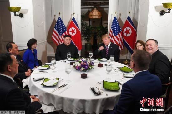 当地时间2月27日,第二次朝?#26391;?#33041;会晤在越南河内索菲特传奇大都会?#39057;?#20030;?#23567;?#22270;为会晤后,两人共进晚餐。