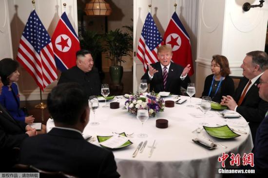 当地时间2月27日,第二次朝美首脑会晤在越南河内索菲特传奇大都会酒店举行。图为会晤后,两人共进晚餐。