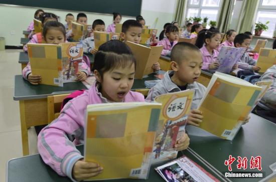 2月27日,新疆烏魯木齊市第133小學,一年級的學生朗誦語文課文。當天,該市52萬名中小學生結束假期生活,走進課堂開始新學期第一天的課程。中新社記者 劉新 攝