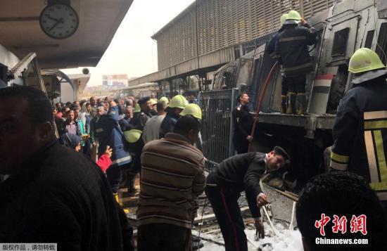 埃及首都开罗最大的火车站――拉姆西斯火车站,当地时间2月27日中午发生恶性爆炸事件,当时,一列由亚历山大进站的火车车头油箱发生巨大爆炸。据当地媒体报道,截止目前,爆炸已造成至少15人死亡、28人受伤。事发后,警察迅速赶赴现场,封锁了拉姆西斯火车站。目前营救和调查工作正在进行。