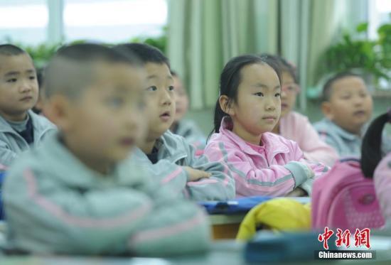 2月27日,新疆乌鲁木齐市第133小学,一年级的学生在课堂上认真听课。当天,该市52万名中小学生结束假期生活,走进课堂开始新学期第一天的课程。/p中新社记者 刘新 摄