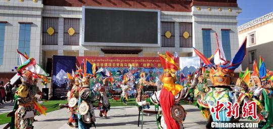 材料图:青海玛沁县劣直官方躲戏团广场上演出。才让 摄