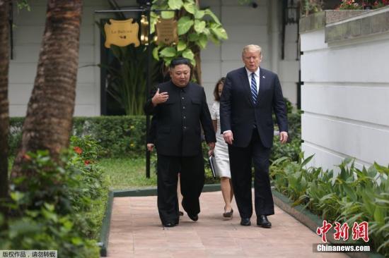 2019年2月28日,金正恩与特朗普一对一会谈结束后,一同在花园散了一会步。
