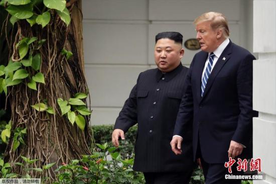 当地时间2月28日,金正恩与特朗普一对一会谈结束后,一同在花园散了一会步。