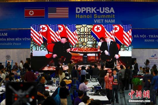 两国领导人在河内大都市索菲特传奇酒店举行单独会谈,随后将举行扩大会谈,并从11时55分起共进午餐。记者 富田 摄