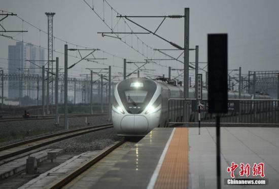 资料图:高铁列车入站。中新社记者 陈超 摄