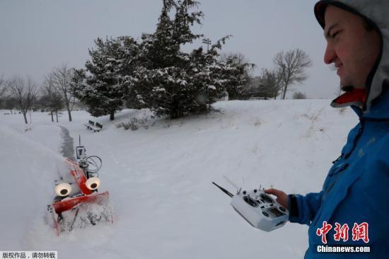 资料图:当地时间2月28日,美国马萨诸塞州一场暴风雪过后,麻省理工学院的工程师Dane Kouttron操作着机器人吹雪机上路清雪。