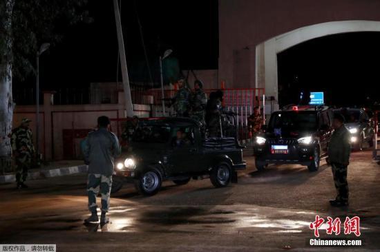 当地时间3月1日,一辆载有印度空军飞行员的车辆离开印巴边境瓦格赫-阿塔里检查站。据报道,印巴双方在瓦格赫-阿塔里检查站巴方一侧移交了日前被俘的印度空军飞行员。红十字国际委?#34987;?#20154;员依照?#24230;?#20869;瓦公约》对被俘人员进行了体检,并签署了报告。