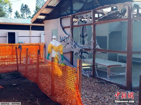 资料图:当地时间2019年2月25日,刚果民主共和国东北部的卡特瓦地区(Katwa)由无国界医生组织(MSF)运营的埃博拉治疗中心遭放火焚烧后满地狼藉。据外媒1日报道,由于医治埃博拉病毒(Ebola)的重要医疗中心遭到攻击,刚果民主共和国卫生当局警告,恐爆发严重的新疫情。