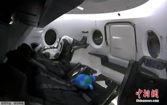"""当地时间3月2日,龙飞船(Dragon2)在美国佛罗里达州卡纳维拉尔角肯尼迪航天中心发射升空。该飞船是美国太空探索公司(SpaceX)进行的首次载人龙飞船(Dragon2)的无人测试发射。图为一个名为Ripley的假人与""""载人龙飞船""""一同升空。 (视频截图)"""