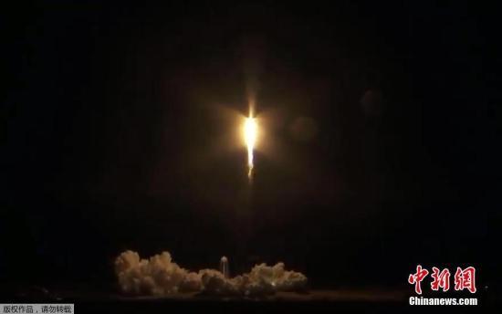 载人龙飞船内有7个座位、3个窗户,能够一次搭载7名宇航员。它还将为国际空间站上的宇航员携带大约180公斤的物资。飞船将进入地球轨道,24小时后与国际空间站进行对接,5天后脱离空间站返回地球。(视频截图)