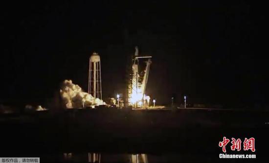 """据报道,无人发射成功后,载人发射定于7月进?#23567;?#20004;次发射均为试飞,完成后""""载人龙""""将获得美国航天局认证,可执行常规的国际空间站载人任务。 (视频截图)"""