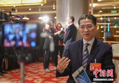 资料图:3月2日,全国政协委员周汉民在北京接受记者采访。 中新社记者 于海洋 摄