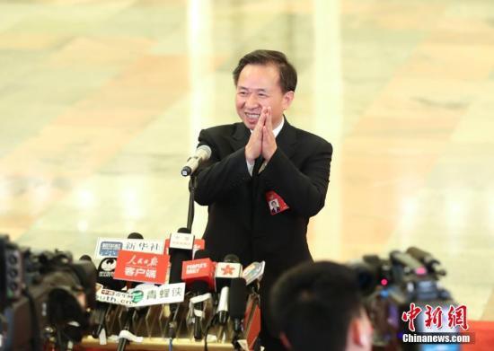 """图为生态环境部部长李干杰在""""部长通道""""接受采访。 <a target='_blank' href='http://www.chinanews.com/'>中新社</a>记者 刘震 摄"""