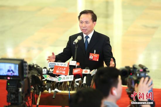 """3月3日,中国人民政治协商会议第十三届全国委员会第二次会议在北京人民大会堂开幕。图为生态环境部部长李干杰在""""部长通道""""接受采访。 中新社记者 刘震 摄"""