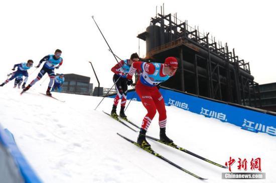 3月2日,2019年国际雪联越野滑雪积分赛首钢园区站比赛正式上演。赛事级别为国际B级赛事,总奖金达到150万元,有来自国内外的200名选手参赛。本次比赛共有三站,1日在鸟巢举办,2日在首钢园区举办,4日将会在八达岭国际会展中心举办。中新社记者 富田 摄