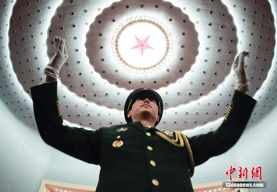 3月3日,中国人民政治协商会议第十三届全国委员会第二次会议在北京人民大会堂开幕。图为军乐队在会议开始前作准备。 中新社记者 杜洋 摄