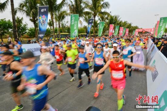 资料图:国内马拉松比赛总能吸引众多跑者参加。 中新社记者 骆云飞 摄