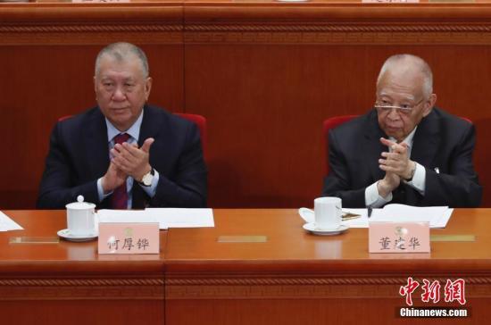 3月3日,中国人民政治协商会议第十三届全国委员会第二次会议在北京人民大会堂开幕。图为全国政协副主席董建华(右)与全国政协副主席何厚铧出席开幕会。中新社记者 杜洋 摄