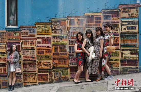 """资料图:香港中环嘉咸街的壁画近年来爆红,引游客纷纷前往""""打卡""""留念。<a target='_blank' href='http://www.kagurazaka-kj.com/'>中新社</a>记者 张炜 摄"""