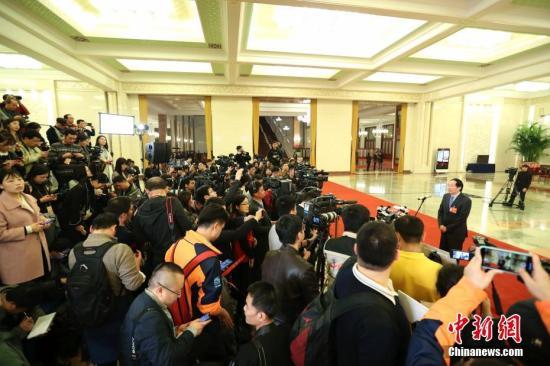 """3月3日,中国人民政治协商会议第十三届全国委员会第二次会议在北京人民大会堂开幕。图为国家文物局局长刘玉珠在""""部长通道""""接受采访。 中新社记者 刘震 摄"""