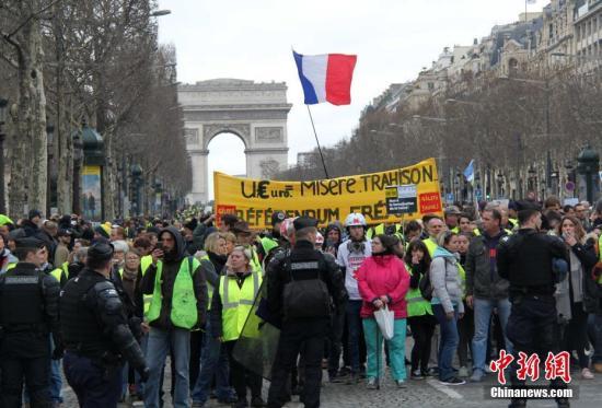 当地时间3月2日,巴黎遭遇自2018年11月以来的第16轮示威,示威者继续在凯旋门聚集。当天巴黎有4000人参与示威,与前期相比再度下降。<a target='_blank' href='http://www.azknj.tw/'>中新社</a>记者 李洋 摄