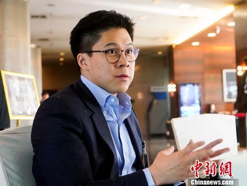 一年前的全国两会,香港霍英东集团副总裁霍启刚首次履职全国政协委员,在提案中重点关注了粤港澳大湾区中香港青年的发展。今年,在《粤港澳大湾区发展规划纲要》公布后不久,他再次来到北京参会,对大湾区的未来显得更加信心十足。此次全国两会期间接受中新社记者专访时,霍启刚表示,大湾区有着广阔的天地,如同打开了一扇门,香港青年要勇敢地走出去,获得更好的发展机遇。中新社记者 何蓬磊 摄