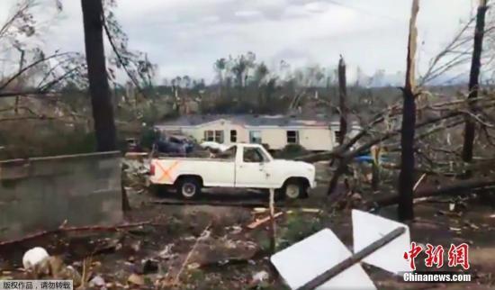 据美国媒体当地时间3月3日报道,美国南部亚拉巴马州和佐治亚州遭遇龙卷风袭击,已致14人死亡,多人受伤。图为龙卷风袭击亚拉巴马州后,所过路径一片狼藉。