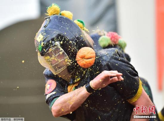 """资料图:当地时间3月3日,意大利伊夫里亚举行一年一度的传统狂欢节,市民用橙子展开""""大战""""。"""